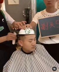 Kocaknya Tampang Kesal Pria Saat Cukur Rambut Pakai Baskom dan Saringan