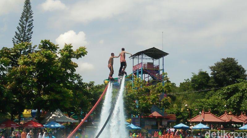 Para pengunjung wisata water park Owabong di Desa Banjarsari, Kecamatan Banjarsari, Purbalingga dipukau dengan penampilan Flyboard Indonesia. Penampilan Flyboard Indonesia didalam kolam renang diklaim merupakan yang pertama di Indonesia (Arbi Anugrah/detikcom)