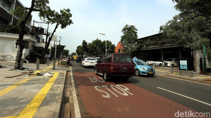 Pemprov DKI Jakarta merevitalisasi sejumlah trotoar di Ibu Kota, salah satunya di Kemang. Berikut penampakan trotoar di kawasan Kemang usai direvitalisasi.