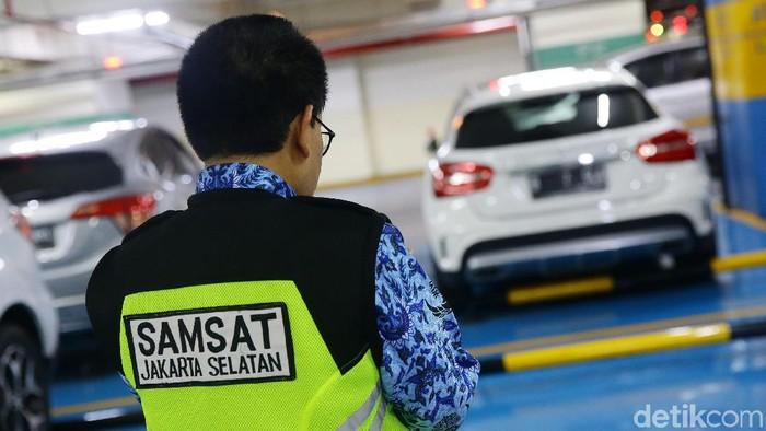 Badan Pajak dan Retribusi Daerah (BPRD) DKI Jakarta melakukan razia door to door di Mal Pacific Place, Jakarta. Mobil yang menunggang pajak langsung ditempeli stiker.