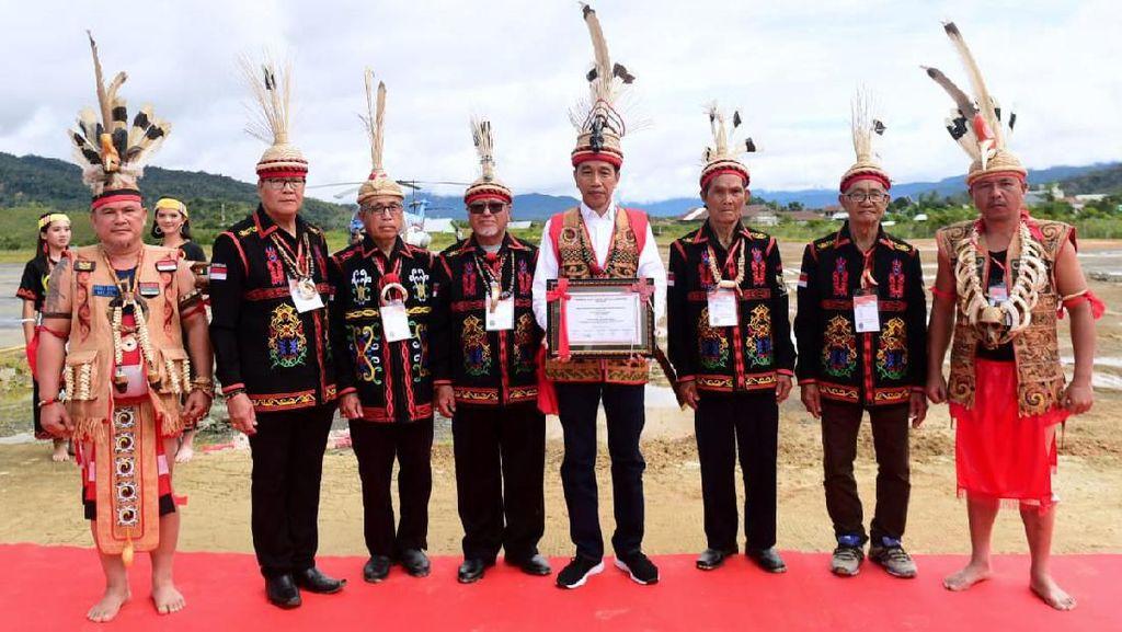 Jokowi Terima Gelar Dayak Lundaeh di Nunukan Kaltara