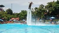 Flyboard ini melakukan atraksi diantarnya seperti gaya Dolphin, tandem, spiral di kolam renang selebar 20 meter dengan panjang 50 meter. Serta mempunyai kedalaman 2 meter, sehingga setelah disurvei ideal untuk flyboard (Arbi Anugrah/detikcom)