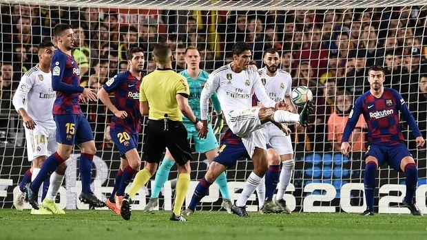 Dua pelanggaran terhadap Raphael Varane tidak berbuah penalti untuk Madrid.