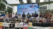Bea Cukai Jakarta Musnahkan Ribuan Botol Miras-Rokok Ilegal