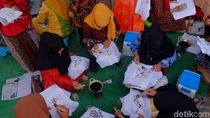 Peringati Hari Ibu, Ratusan Perempuan di Karawang Membatik Massal