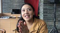 Putri Tanjung Ajak Milenial Beramal Lewat Kacamata