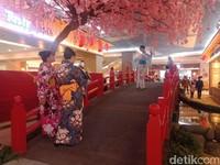 Pengunjung tampak asik berfoto dengan kimono yang merupakan pakaian tradisional Jepang. (Putu Intan/detikcom)