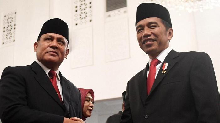 Lima pimpinan KPK periode 2019-2023 telah mengucapkan sumpah jabatan di depan Presiden Joko Widodo. Mereka pun langsung mendapat ucapan selamat dari Jokowi hingga pimpinan KPK yang lama. Pembacaan sumpah itu juga dihadiri oleh pimpinan lama KPK.