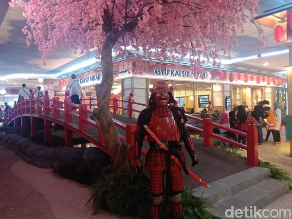 Kamu juga akan menemukan berbagai ornamen khas Jepang seperti pohon sakura, jembatan dan shogun klasik. (Putu Intan/detikcom)