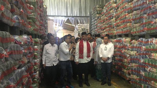 Anies mulai berkeliling gudang penyimpanan pangan khususnya beras.