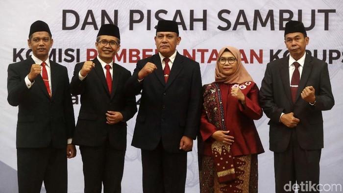 Pimpinan KPK yang dipimpin Firli Bahuri melakukan serah-terima jabatan dengan Komisioner KPK periode 2015-2019 yang dipimpin Agus Rahardjo. Begini momennya.