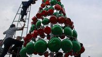 Di Sidoarjo Ada Pohon Natal dari Perabotan Rumah Tangga Lho