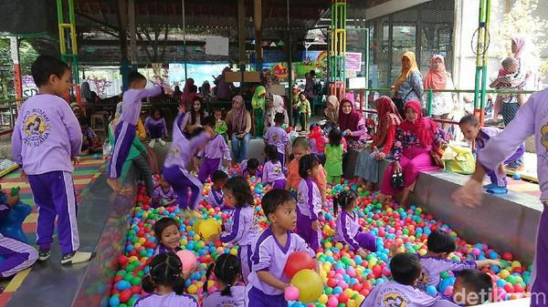 Selain itu juga terdapat wahana berkuda serta arena permainan outbound dan anak-anak. Para anak-anak ini akan dibimbing oleh pemandu. (Adhar Muttaqin/detikcom)