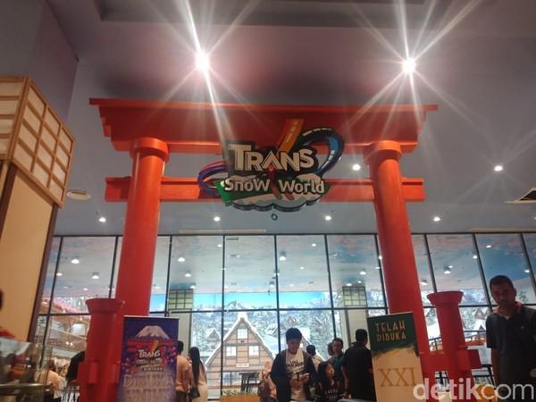 Pengunjung juga bisa bermain salju di Trans Snow World yang terletak di lantai 4. Trans Snow World merupakan taman rekreasi indoor bersalju dengan desain ala musim dingin di Gunung Fuji, Jepang.(Putu Intan/detikcom)