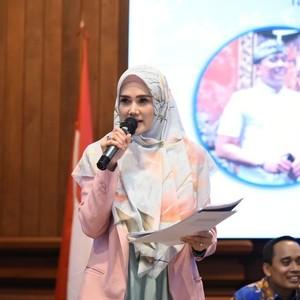 7 Gaya Ngantor Mulan Jameela Saat Jadi Anggota DPR, Ada yang Dikritik
