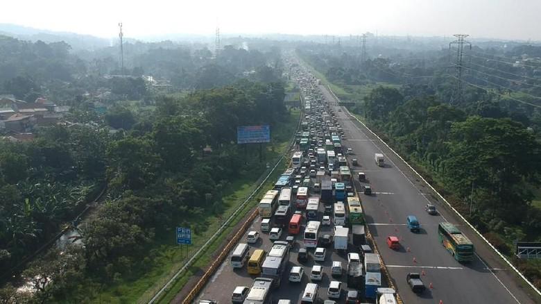 Arus lalin menuju Puncak, Bogor.