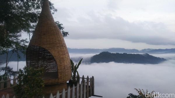 Bagi traveler yang ingin melihat fenomena Negeri di Atas Awan di Puncak Bangku Ciamis ini harus datang pagi-pagi sekitar pukul 05.00 WIB (Foto: Dadang Hermansyah/detikcom)