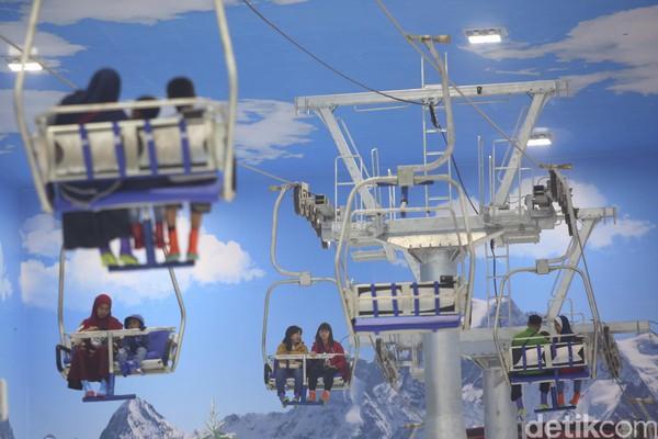 Puluhan orang sudah mengantre untuk naik wahana sejak pagi. Di Trans Snow World Bintaro pengunjung memang tidak hanya bisa merasakan salju saja tetapi juga mencoba naik kereta gantung, main ski dan seluncur es (Foto: Agung Pambudhy/detikcom)