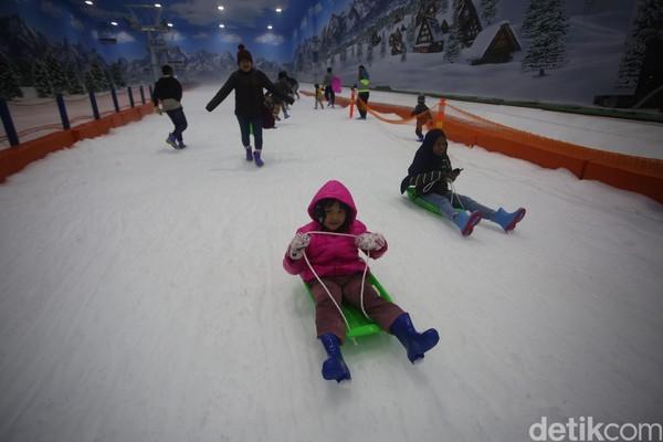 Trans Snow World Bintaro mulai beroperasi dari pukul 09.00-22.00. Namun pembelian tiket dibatasi hanya sampai pukul 20.00. Tiket dapat dibeli secara langsung atau melalui situstranssnowworld.com (Foto: Agung Pambudhy/detikcom)