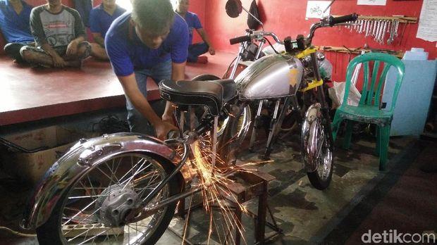 Jeruji besi ternyata tak menyurutkan hobi para narapidana di Lapas Permisan, Pulau Nusakambangan, Cilacap dalam bidang modifikasi motor. Bahkan didalam penjara itu terdapat rumah modifikasi motor yang sudah menghasilkan berbagai jenis motor kustom.