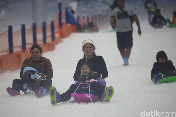 Ada berbagai pilihan alat seluncur esdiTrans Snow World Bintaro. Bisa Anda sewa dengan biaya beragam, mulai dari basic sledge (Rp 30 ribu), double sledge (Rp 40 ribu), snow tube single (Rp 30 ribu), dan snow tube double (Rp 80 ribu) (Foto: Agung Pambudhy/detikcom)