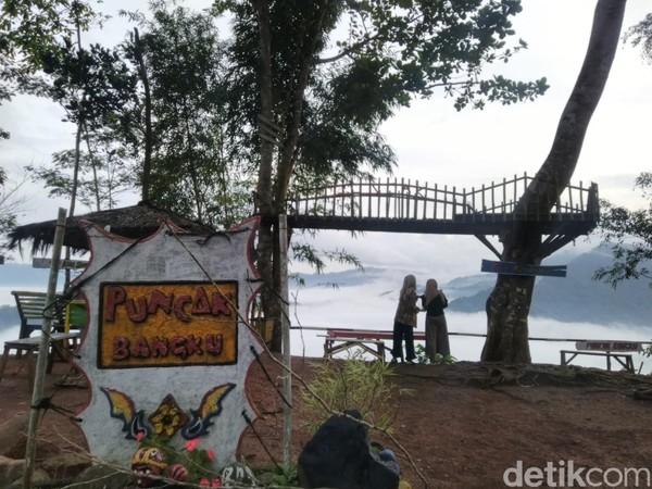 Fenomena Negeri di Atas Awanatau Puncak Bangku beberapa minggu ini sedang hits, banyak diperbincangkan di media sosial Instagram dan kini ramai dikunjungi(Foto: Dadang Hermansyah/detikcom)
