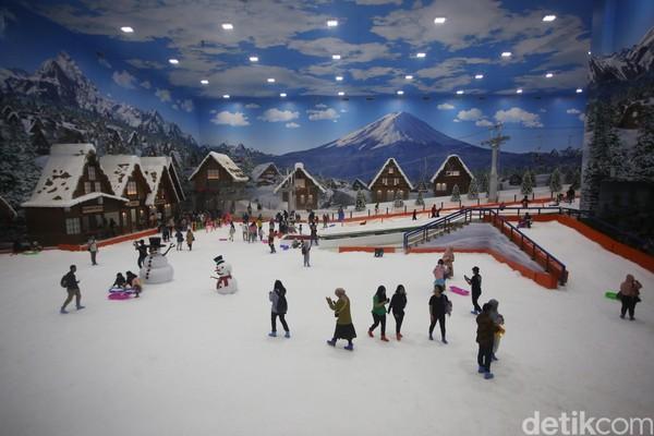 Taman rekreasi salju indoor ini memiliki luas 6.000 meter persegidan merupakan yang terbesar di Indonesia. Trans Snow World Bintaro mengangkat tema Jepang. (Foto: Agung Pambudhy/detikcom)