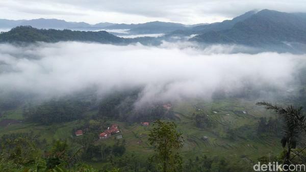 Puncak Bangku merupakan daerah yang terletak di dataran tinggi dan memiliki tebing. Sedangkan daerah yang diselimuti kabut adalah wilayah perbatasan Ciamis-Kuningan (Foto: Dadang Hermansyah/detikcom)