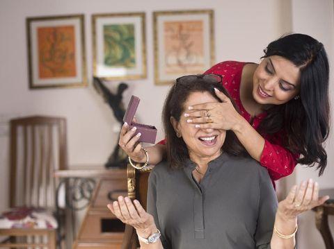 Ibu berzodiak Cancer akan merasa senang mendapat hadiah Hari Ibu berupa ucapan Selamat Hari Ibu.