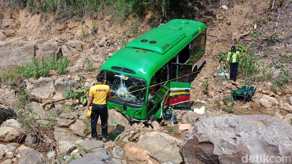 Video Minibus Sarat Penumpang Masuk Jurang di Pacitan