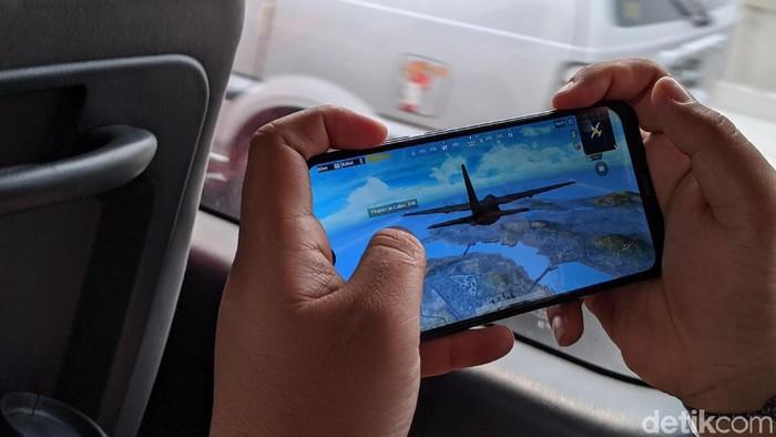 Menjajal main PUBG Mobile di tol Japek layang. Foto: Agus Tri Haryanto/detikINET