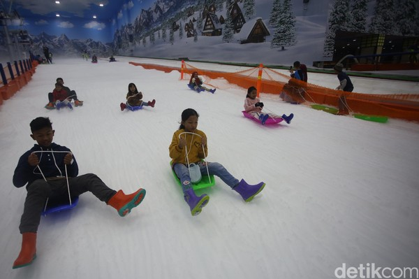 Harga tiket masuk Trans Snow World Bintaro untuk semua usia adalah Rp 300 ribu selama durasi dua jam. Nantinya setiap pengunjung akan mendapatkan kaus kaki gratis dan dapat meminjam sepatu boots untuk masuk ke arena bersalju (Foto: Agung Pambudhy/detikcom)