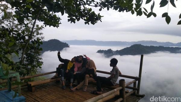 Setelah ramai dikenal di media sosial, pengunjung yang datang ke Puncak Bangku tak hanya dari penduduk lokal tapi juga dari luar daerah Ciamis (Foto: Dadang Hermansyah/detikcom)
