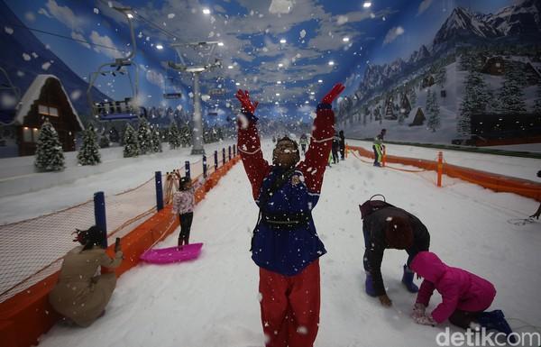 Berbagai wahana permainan juga bisa dinikmati mulai dari kereta gantung, ski, seluncur es, dan bola berguling diTrans Snow World Bintaro (Foto: Agung Pambudhy/detikcom)