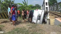 Video Mobil Terlempar dan Hantam Jembatan karena Tertabrak KA
