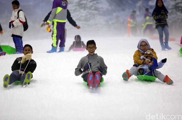 Trans Snow World Bintaro resmi dibuka untuk umum hari ini, Sabtu (21/12). Anak-anak pun mulai ramaikan wahana itu untuk mengisi akhir pekan dengan bermain salju.