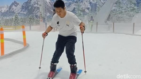 Sensasi bermain salju bisa traveler dapat di Trans Snow World Bintaro. Ada banyak wahana mulai dari seluncuran, ski hingga gondola. (Putu Intan/detikcom)