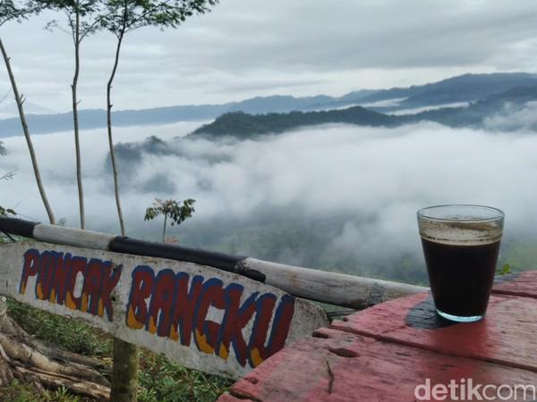 Dari kejauhan terlihat puncak-puncak bukit yang hijau. Udara diPuncak Bangku cukup sejuk, cocok untuk menikmati segelas kopi atau susu hangat sambil menikmati pemandangan (Foto: Dadang Hermansyah/detikcom)
