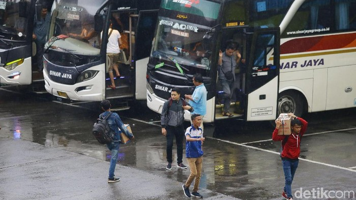 Penumpang mulai memadati Terminal Kampung Rambutan, Jakarta, Minggu (22/12/2019). Berikut foto-foto terkininya.