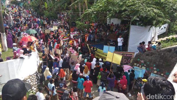 Sering Terjadi Kecelakaan, Warga Demo Minta Underpass KA Dibongkar