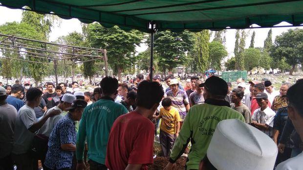 Prosesi pemakaman lima korban kecelakaan mobil vs kereta di Cibitung, Bekasi.