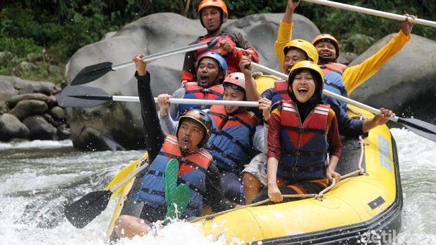 Wisata rafting Sungai Sengkarang Lolong