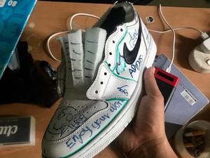 Demi Konten, Youtuber Kakak Beradik Ini Saling Merusak Sneakers Mahal