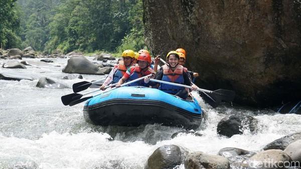 Dibutuhkan kekompakan agar perahu tetap stabil saat mengarungi ganasnya jeram Sungai Sengkarang. Seru! (Robby Bernardi/detikcom)