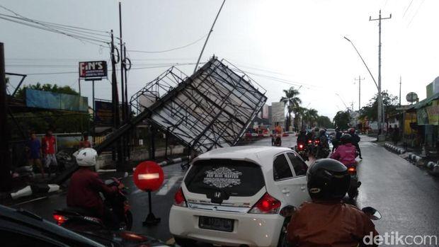 Hujan Angin di Tegal, Gedung PMI Rusak Tertimpa Pohon Tumbang