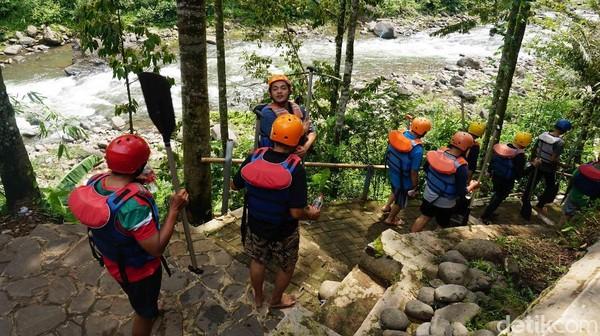 Di Lolong Adventure, traveler akan diajak rafting menaklukkan derasnya aliran Sungai Sengkarang. Suasana sekitar yang hijau dan asri sungguh bikin betah. (Robby Bernardi/detikcom)