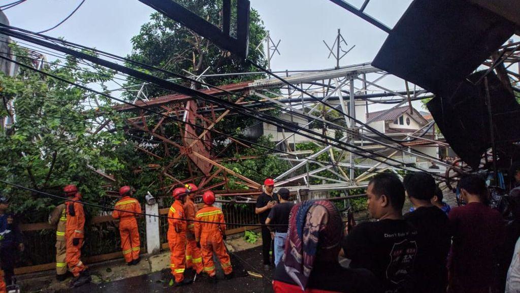 Menara Pemancar di Radio Dalam Jaksel Roboh, 1 Warga Terluka di Kepala