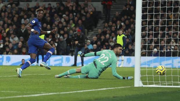 Tammy Abraham lebih banyak mencetak gol di kandang lawan ketimbang di Stamford Bridge. (