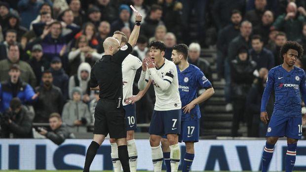 Son Heung-min kena kartu merah setelah menendang Antonio Rudiger. (