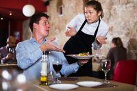 Tak Sopan! Angkat Kaki di Restoran, Wanita Ini Ditegur Pengunjung